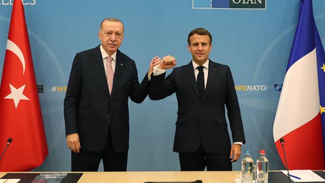 Macron, Cumhurbaşkanı Erdoğan'la samimi pozlarını paylaşıp, üzerine not düştü