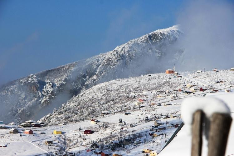 <p><strong>Trabzon'da geçtiğimiz günlerde etkisini gösteren kar yağışı yüksek kesimler hayatı olumsuz etkilerken, kartpostallık görüntüler oluşturdu.</strong></p>