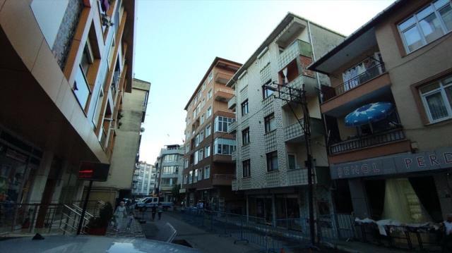 Pendik'te depremin ardından hasar oluşan 4 katlı bina tahliye edildi