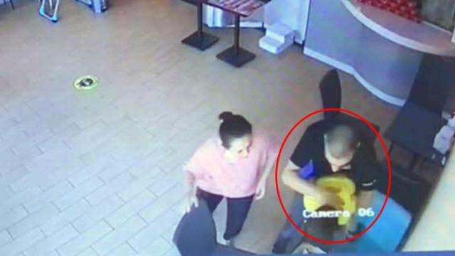 Pizza yerken nefessiz kalan çocuğu Heimlich manevrasıyla böyle kurtardı