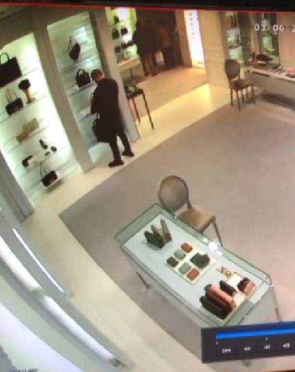 Rusya'dan hırsızlık için geldiler, dünyaca ünlü markanın mağazasından 250 bin liralık çantayı çaldılar