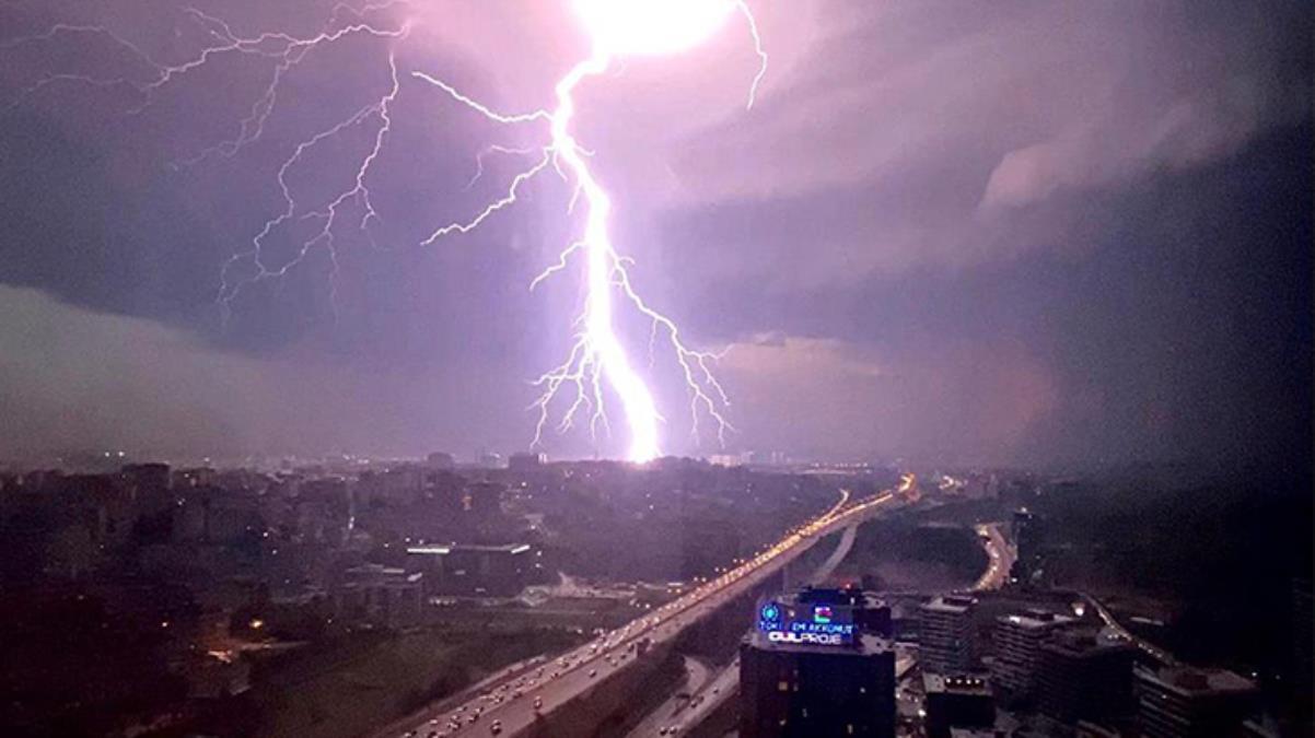 Şimşekler İstanbul'da geceyi aydınlattı! Ortaya kartpostallık fotoğraflar çıktı