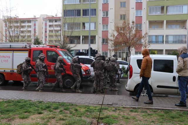 Son Dakika! Diyarbakır'da silahlı saldırgan, 4 kişilik aileyi rehin aldı: Evden 2'si yaralı 5 kişi çıkarıldı
