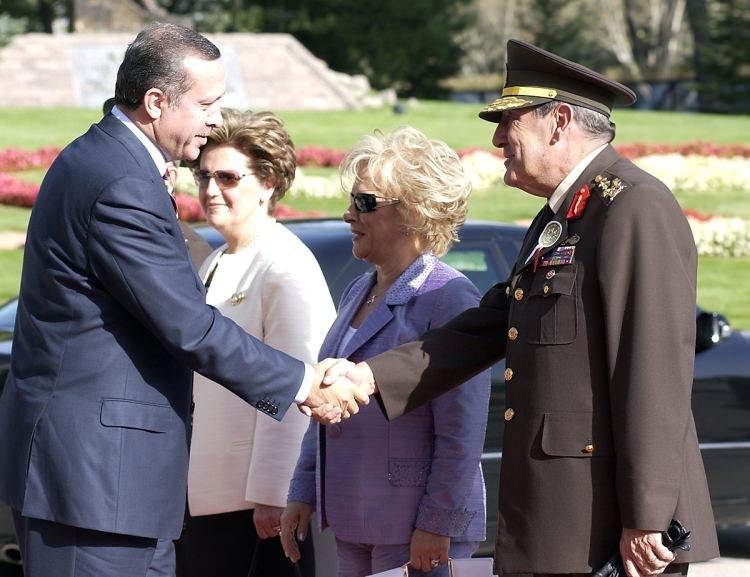 <p>Kara Kuvvetleri Komutanlığı devir teslim törenine Cumhurbaşkanı Ahmet Necdet Sezer ve eşi Semra Sezer, TBMM Başkanı Bülent Arınç, Başbakan Recep Tayyip Erdoğan, Genelkurmay Başkanı Orgeneral Hilmi Özkök ve kuvvet komutanları katıldı.</p>  <p></p>  <p>27 Ağustos 2004</p>
