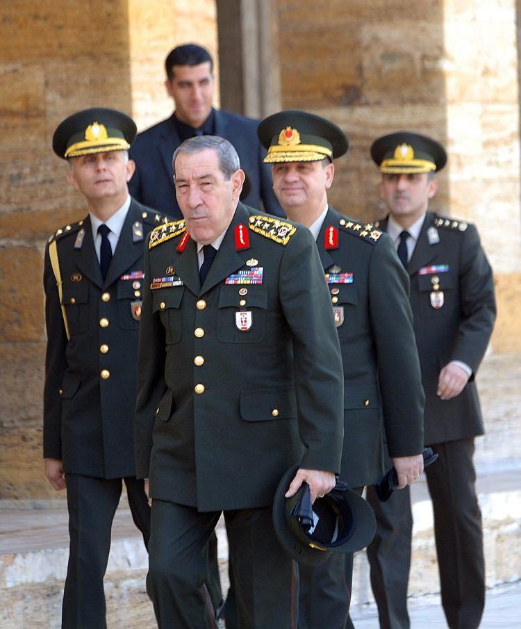 <p>Atatürk'ün ölüm yıldönümü dolayısıyla Genelkurmay Başkanı Orgeneral Yaşar Büyükanıt, Kara Kuvvetleri Komutanı Orgeneral İlker Başbuğ ve diğer kuvvet komutanları Anıtkabir'i ziyaret ederek Atatürk'ün mozalesine çelenk bıraktı.</p>  <p>10 Kasım 2007</p>