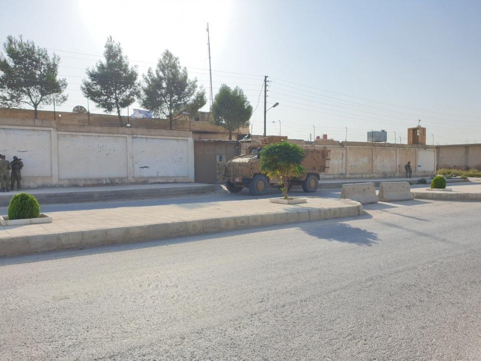 <p>Tel Abyad merkezdeki hapishane teröristlerce tamamen boşaltılırken yüksek duvarlarla çevrili binanın açık kapıları dikkat çekti. YPG'li teröristlerin terk ettiği hapishanede terör örgütü elebaşının posterleri ile çeşitli dosyalar da görüntülere yansıdı.<br /> </p>